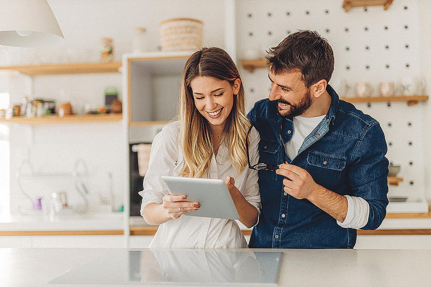 Paar guckt sich zusammen etwas auf einem Tablet an. Thema: Digitale Transformation im Gesundheitswesen