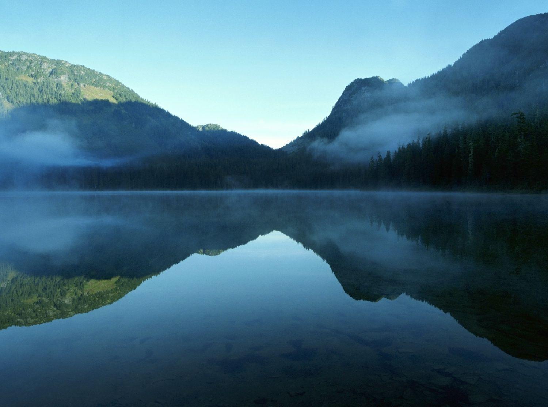 Ein Bergsee mit spiegelnder Oberfläche; Thema: Smart Water
