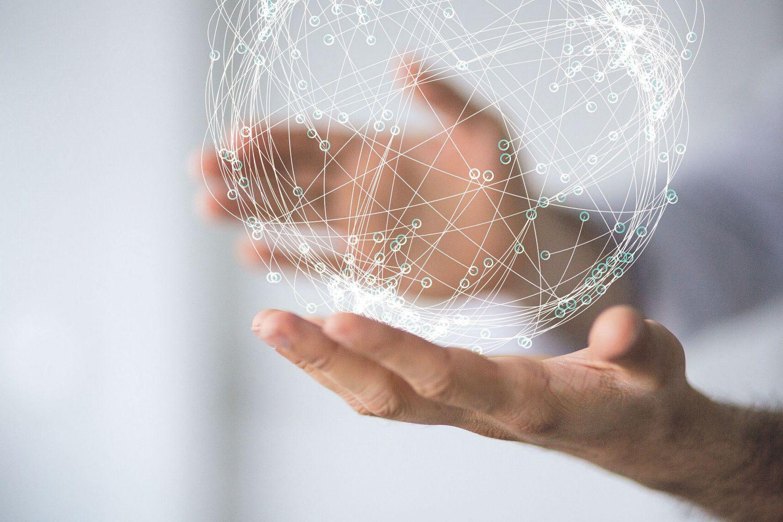 Zwei Hände halten eine durchsichtige (Welt-)Kugel; Thema: Digitalisierung