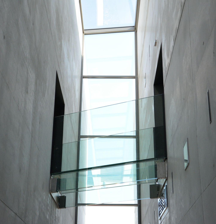 Glasflur in einem modernen Bürogebäude; Thema: Digital Leadership in der Wirtschaft 4.0